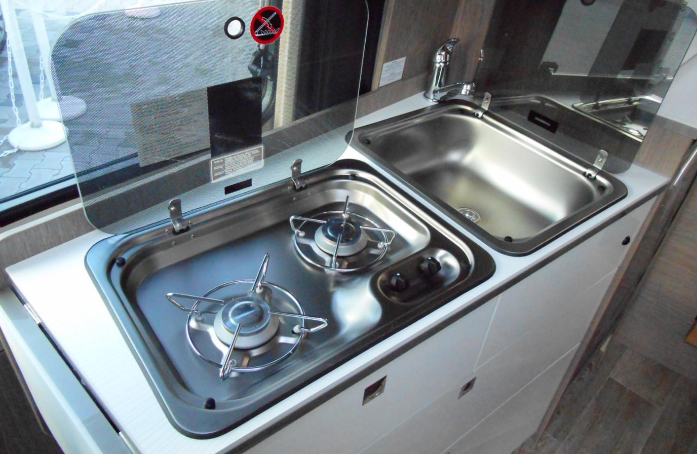 Mietwohnmobil PÖSSL 2WIn Plus Küchenzeile