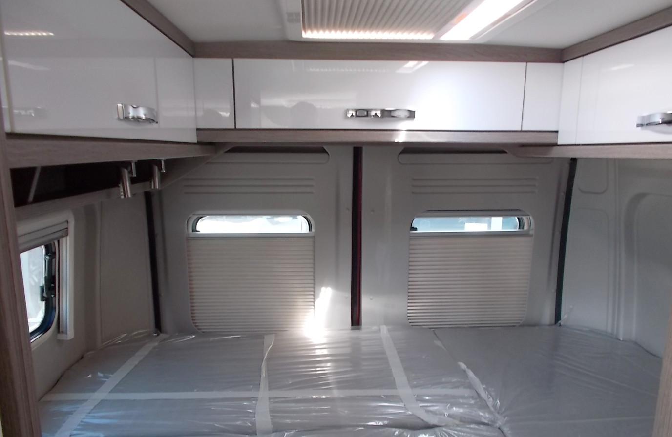 Wohnmobil mieten - PÖSSL 2WIN Plus Stauraum über dem Schlafplatz